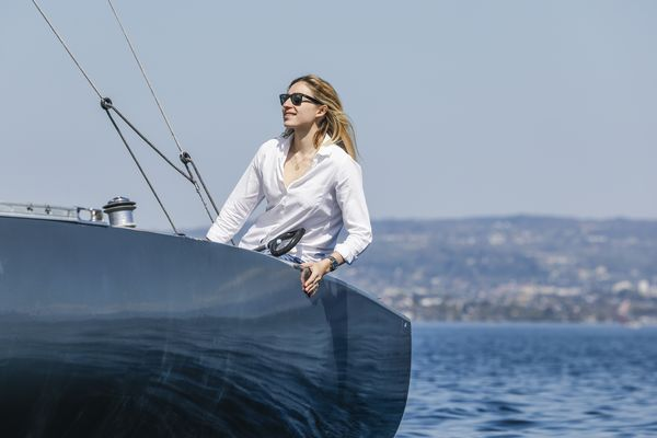 Our Client Relations Manager, Clara Kessi, takes the helm of Ypso, a beautiful Swiss Yacht, and masters the wind on a sunny afternoon on Lake Geneva (otherwise known as Lac Léman).