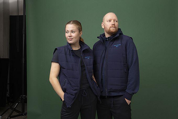 Anni Peräkylä ja Mikko Kaukonen pukeutuneena kisamallistoon