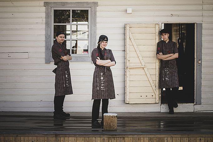 """Roni Seppälä, Teresa Laaksonen ja Juhani Niinijärvi, Turun ammatti-instituutin ravintola- ja catering-alan kolmannen vuoden opiskelijat:  """"Oli hienoa päästä tapahtumaan mukaan seuraamaan alan ammattilaisten työskentelyä. Pelkästään näkemällä oppii paljon. Hyvän työasun ominaisuudet ovat kestävyys, mukavuus ja istuvuus. Plussaa on, jos housuissa on taskuja. Vaatteet eivät saa kiristää tai tuntua epämukavilta. Parasta on, jos vaatteita ei edes tunne, kun ne ovat päällä. Medantan kokintakki on sopivan reilu, käsillä on helppo työskennellä ja on kiva, kun hihat ovat lyhyet."""""""