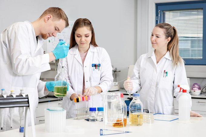 """  Antti Tuhkala, Veronika Konstantinova ja Agnes Kirsanova pitävät mikrobiologian haasteellisuudesta. """"Kun viljellään eläviä mikrobeja, testin edistyminen on aina arvaamatonta. Tulos ei ole kiinni yhdestä kerrasta, vaan se pitää pystyä tekemään toistettavasti uudestaan ja uudestaan."""" """