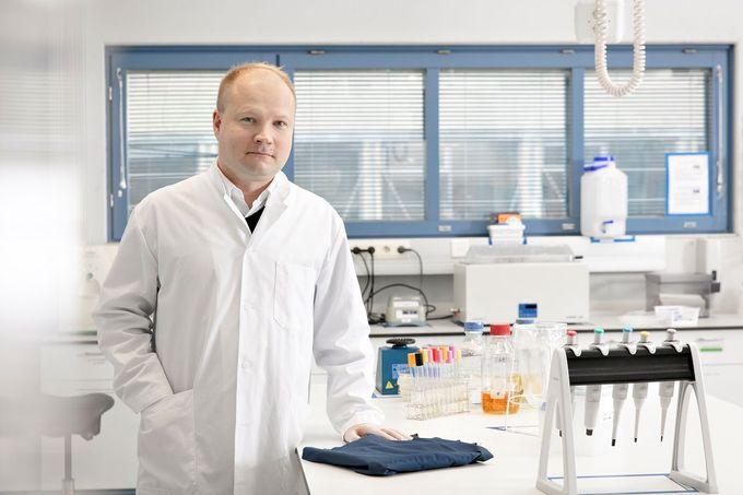 """  Jarmo Palm kertoo, että Medantan kanssa on sovittu jo tutkimusyhteistyön jatkosta. """"Projekti meni hyvin maaliin, sillä pystyimme todistamaan, että tietyt tekstiilit toimivat selvästi mikrobeja vähentävästi. Ensi kerralla testaamme kankaita mahdollisesti toisella vaihtoehtoisella menetelmällä ja lisäämme testeihin uusia bakteerilajeja."""" """