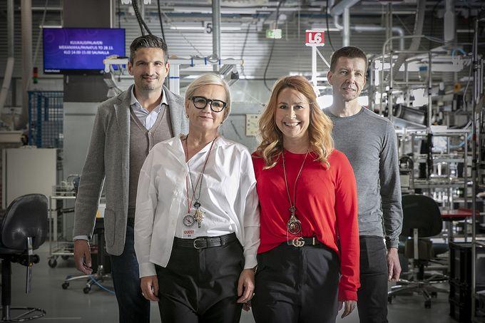 """Italialainen tekstiilialan edelläkävijä, tekstiili-insinööri Matteo Vallarsa (vas.) auttaa Medantaa löytämään vastuullisimpia alan innovaatioita ja kestävimpiä tuotantotapoja. """"Medanta on kevyiden työvaatteiden valmistajana maailman kärjessä antimikrobisella osaamisellaan ja kunnianhimoisella tuotekehityksellään. Älyvaatteet ovat tästä erinomainen esimerkki."""" Hän tutustui Suunnon tehtaaseen Taina Steinerin ja Anu Kivelän kanssa Kimmo Pernun opastuksella"""