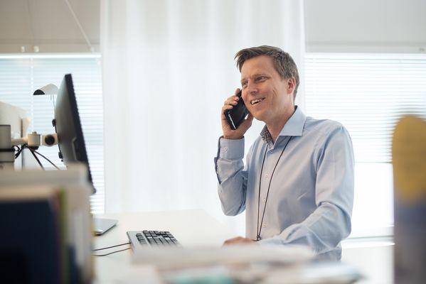 SATOn suunnittelupäällikkö Jussi Väisänen juttelee puhelimessa.