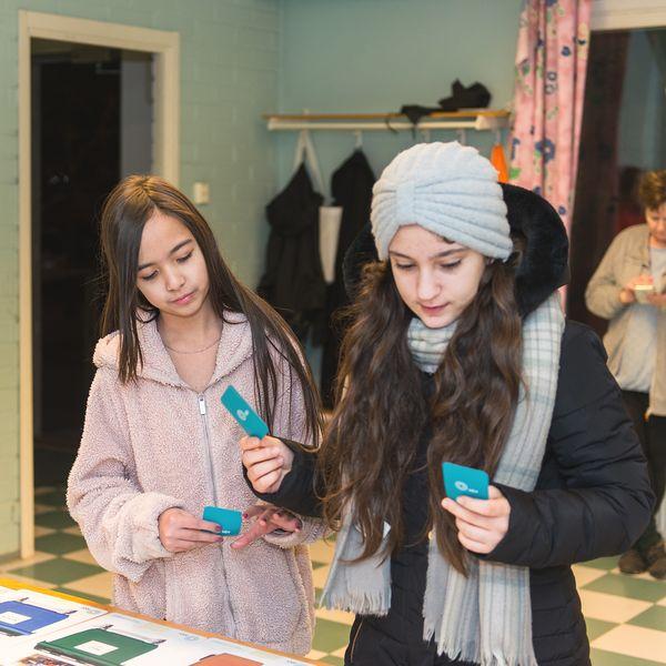 Roz ja Zubaida pelaavat kierrätyspeliä | SATO