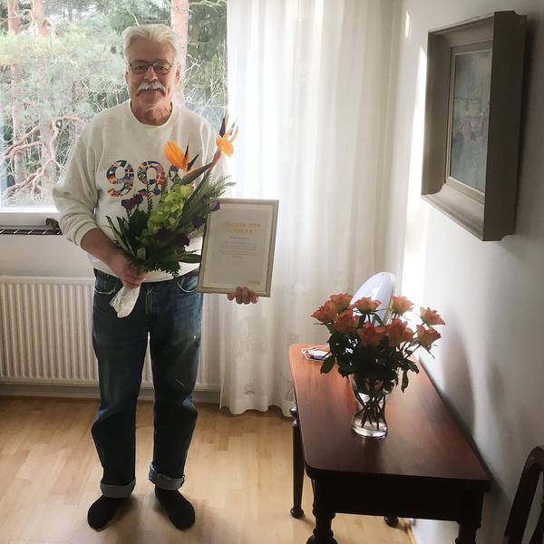 Pekka vastaanotti palkintoplakaatin ja kukkaset | SATO Vuoden 2019 asukas