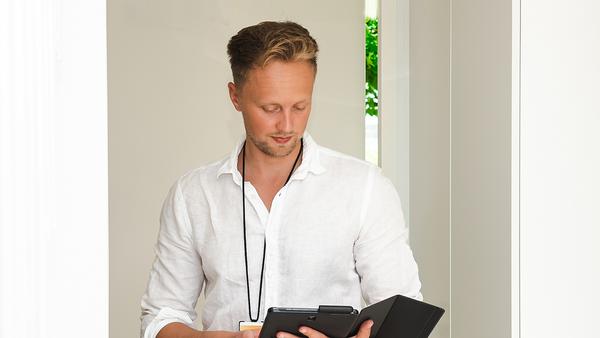 Mikko katsee tablettitietokonetta SATO StudioKodissa