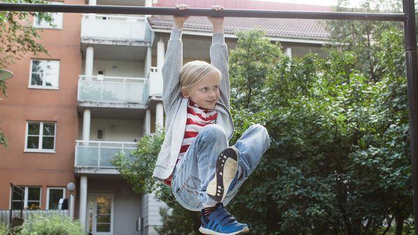 SATOn asukas, Liam, roikkuu mattotelineessä