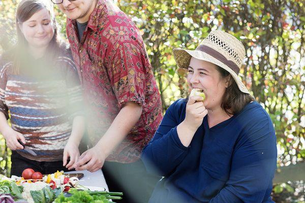 Yhdessä grillaaminen on kivempaa. Kuvassa Sanni, Joonas ja Sarika grillaamassa. | SATO