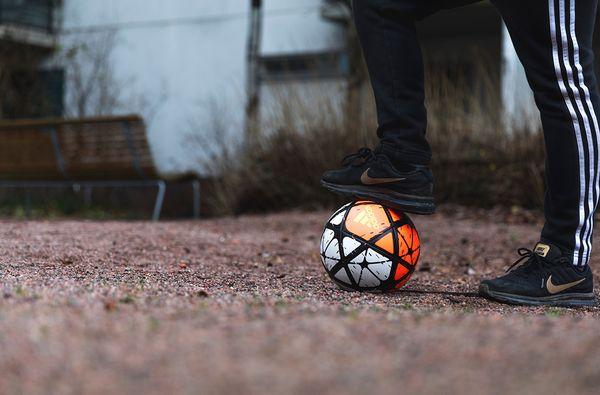 Kuvassa poika ja jalkapallo | SATO