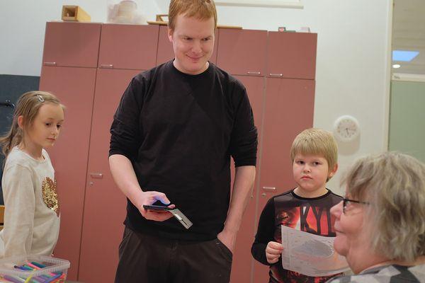 Ohjaaja ja lapset kuuntelevat Tarjaa | SATO