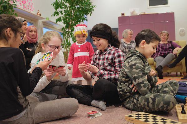 Lapset pelaavat shakkia ja Unoa | SATO