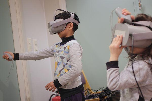 Lapsia virtuaalilasit päässä | SATO