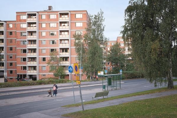 Pohjois-Haagan Näyttelijäntie, bussipysäkille matkalla äiti ja lapsi.