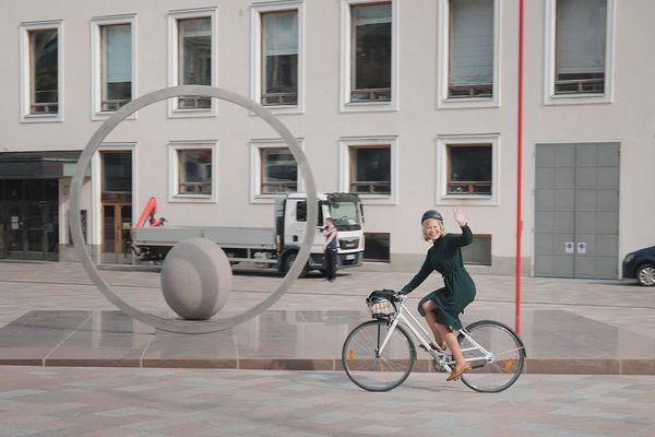 Anna pyöräilee iloisena | SATO