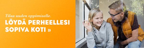 Pieni lapsi heiluttaa lasin takana ja vieressä vanhempi katsoo hymyillen lasta.