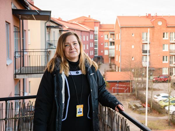 Palvelupäällikkö Maija SATOkodin parvekkeella | SATO