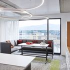 Ein bequemes Sofa in einer ruhigen Ecke, Vorhänge und Teppiche sowie viel Licht schaffen eine inspirierende Arbeitsumgebung für spontane Einzel- oder Teamarbeit.