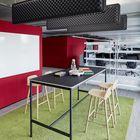 Step-in-Zonen ermöglichen den Mitarbeitenden eine andere Sitzposition beim Arbeiten und brechen die langen Open Space Flächen auf. Der grüne Teppich und die schwarzen Deckenelemente dämpfen zudem Lärm.