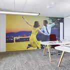 In Meetingräumen wird einerseits mit den Wandtapeten ein Bezug zum Tätigkeitsbereich der Mitarbeitenden geschaffen, andererseits ist das Bild entsprechend dem Orientierungssystem des Hauses farblich angepasst.