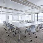 Ein halbes Stockwerk wurde als Schulungsbereich konzipiert. Diese Räume sind mit flexiblem Mobiliar ausgestattet damit innert kürzester Zeit verschiedenste Settings gestellt werden können.